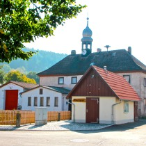 Dorfplatz Wallrabs mit Backhaus, Wied und alter Schule