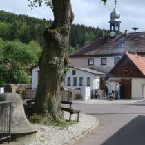 Dorfplatz Wallrabs mit alter Schule, Backhaus, Wied und Glockenbrunnen